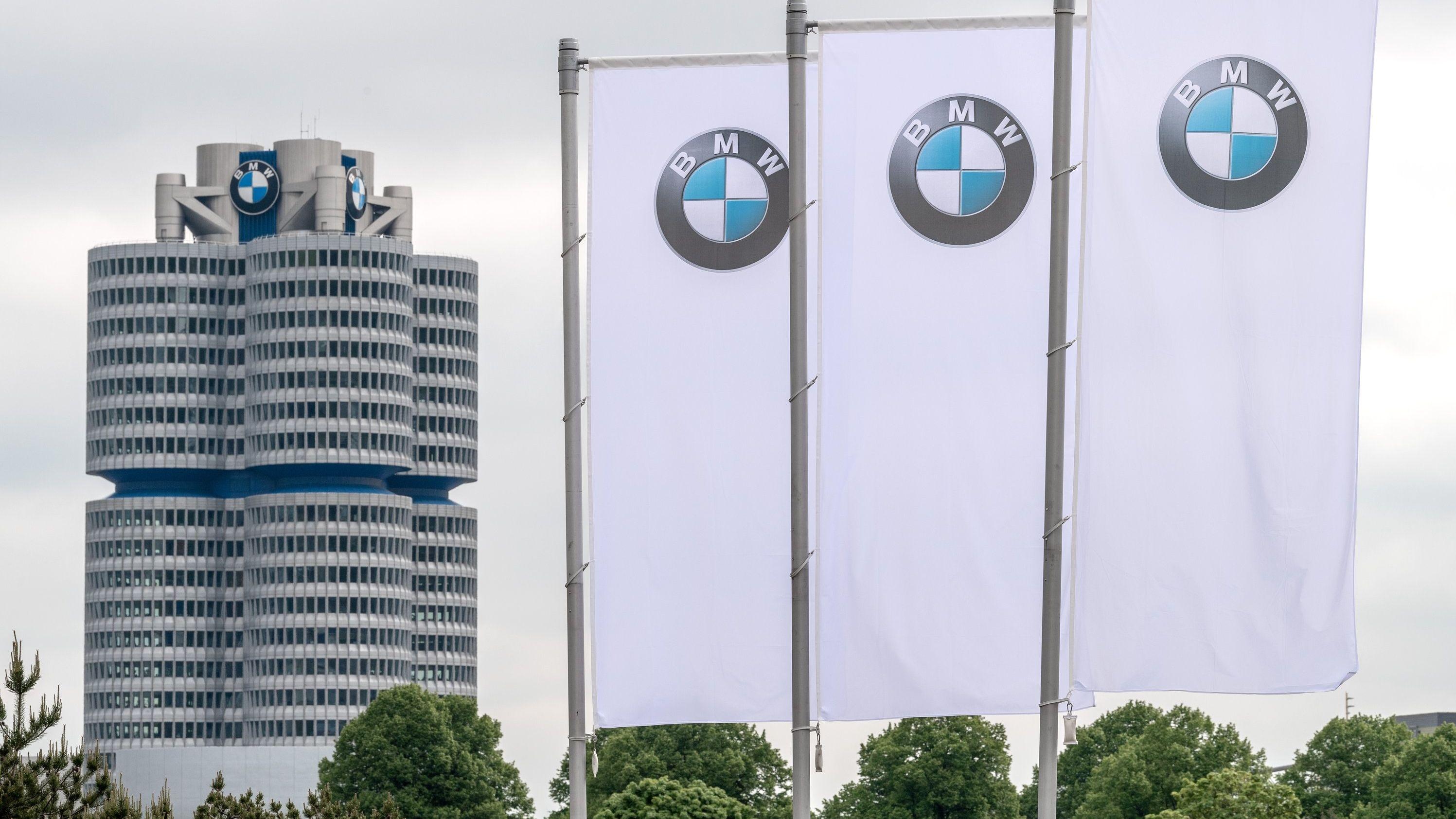 Flaggen mit BMW-Logo wehen vor der Konzernzentrale in München