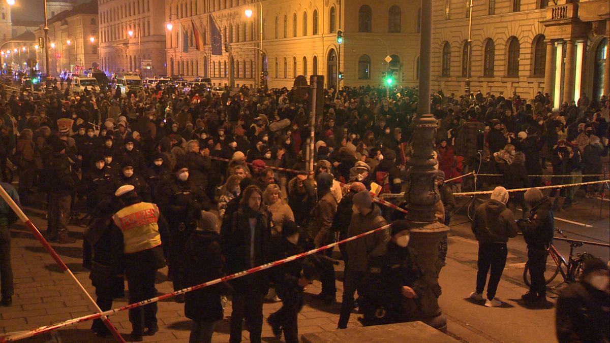 In München haben rund 250 Menschen gegen die aktuellen Corona-Maßnahmen der Regierung demonstriert.