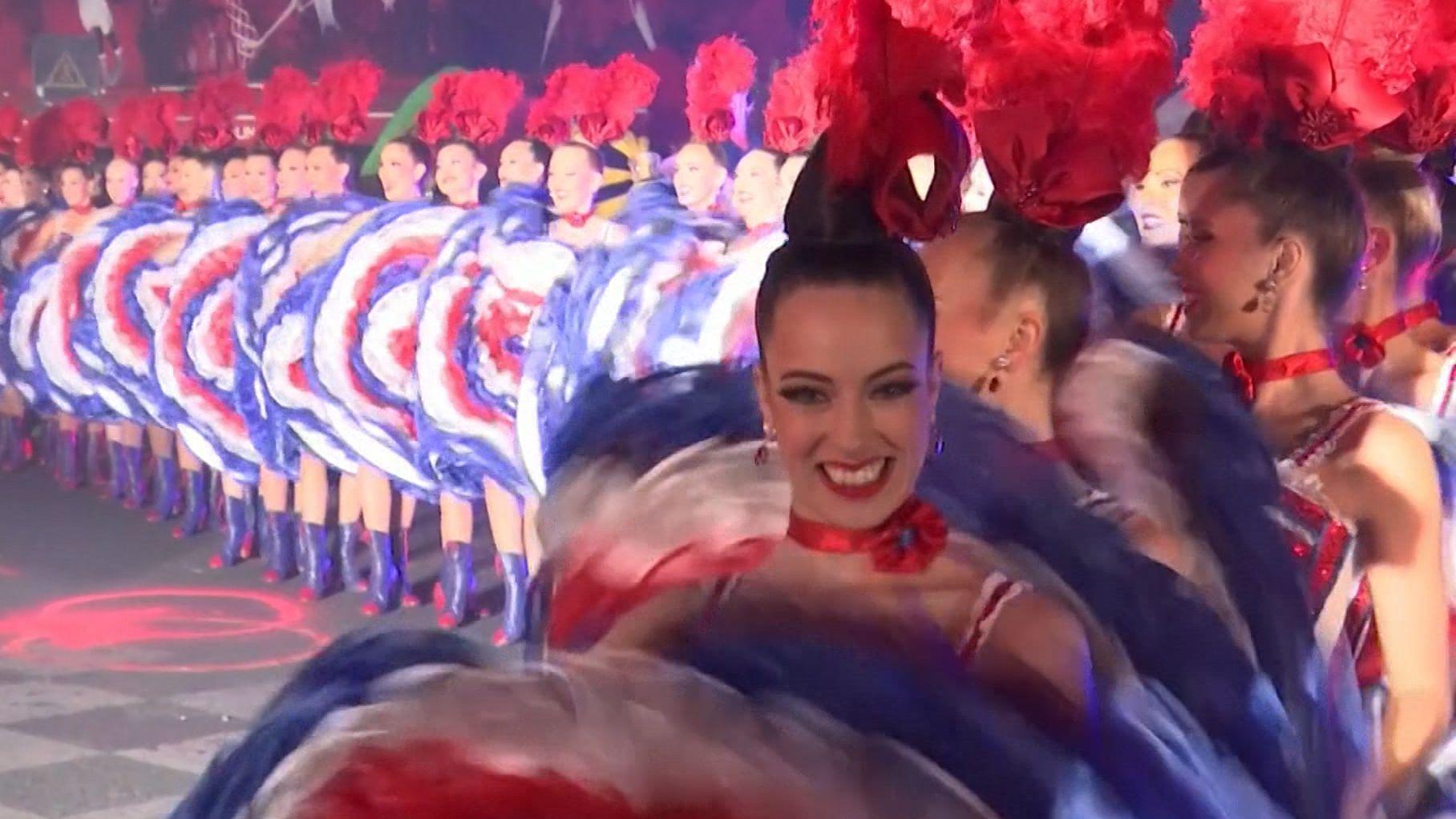 Tänzerinnen vor dem Moulin Rouge
