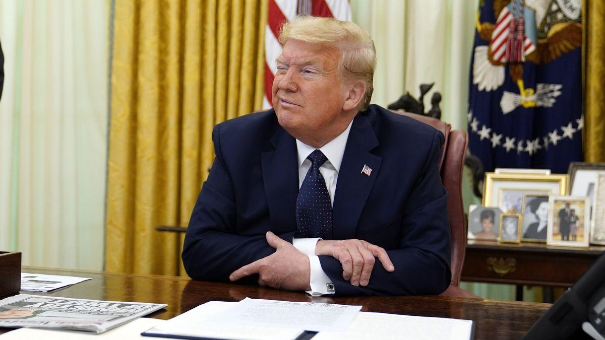 Donald Trump am 28. Mai 2020 im Oval Office bei der Unterschrift der Verordnung gegen Twitter und Co.