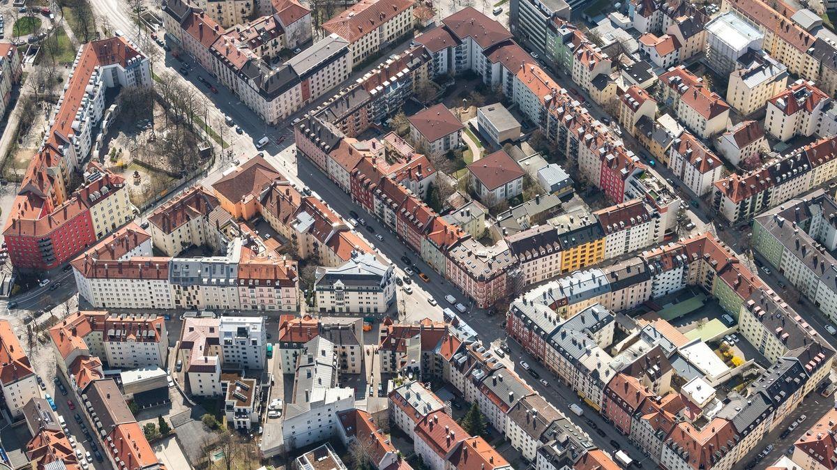 Luftaufnahme der Münchner Innenstadt, fotografiert aus hoher Höhe von einem Hubschrauber aus.