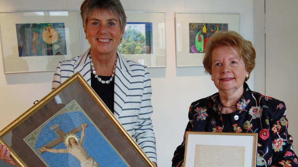 Dagny Beidler und Oberbürgermeisterin Brigitte Merk-Erbe (BG) halten das gerahmte Bild und das gerahmte Gedicht in den Händen
