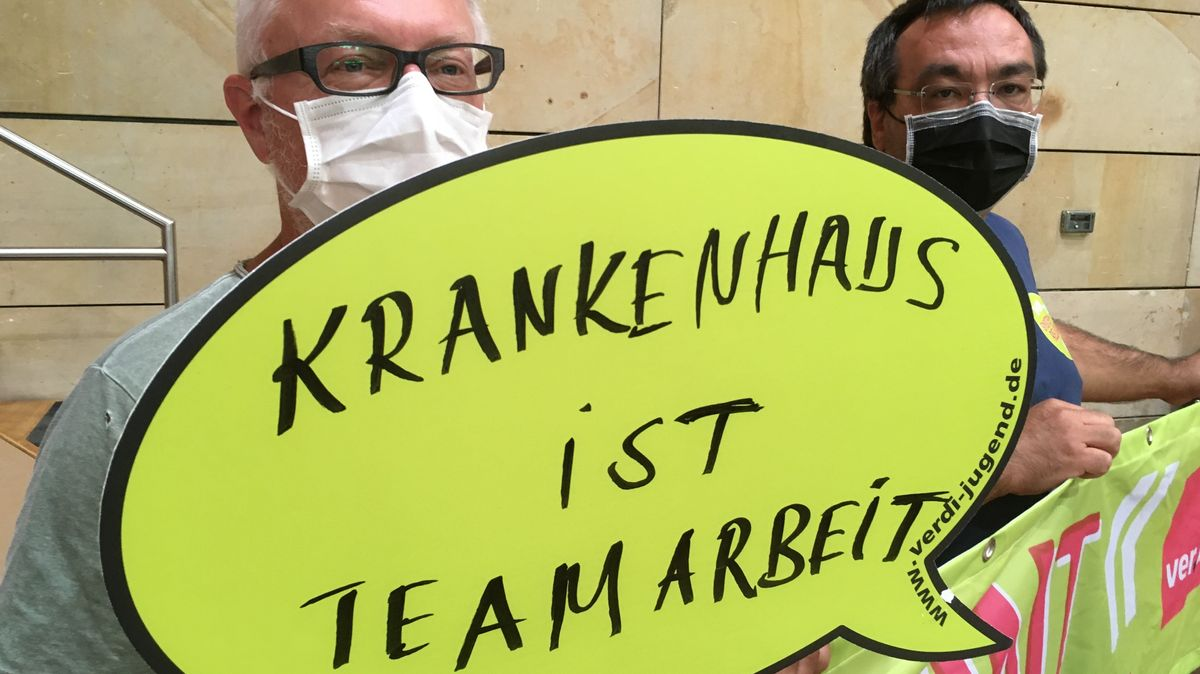 Schild bei der Übergabe der Petition für eine Prämie für das gesamte Klinikpersonal in Fürth.