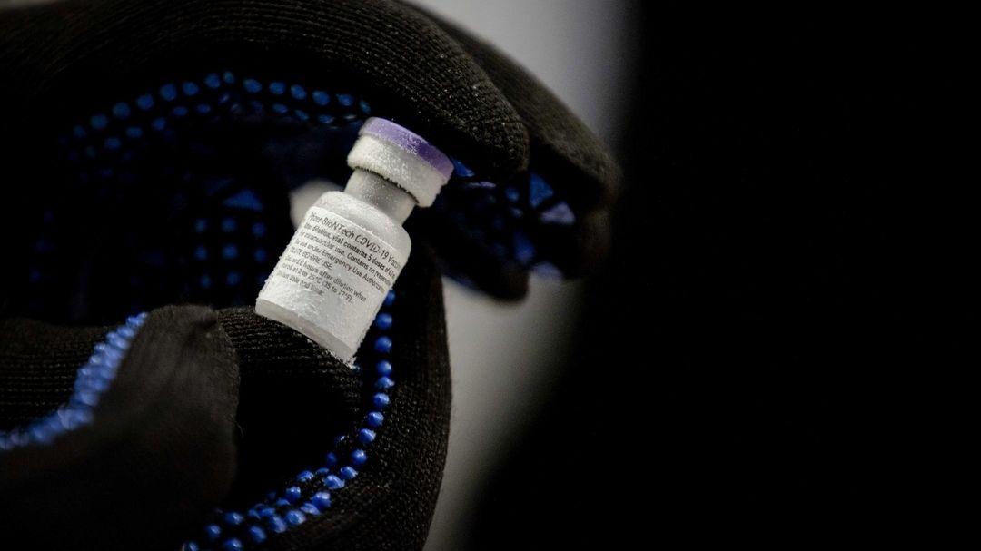 Eine Ampulle mit dem Corona-Impfstoff wird gezeigt