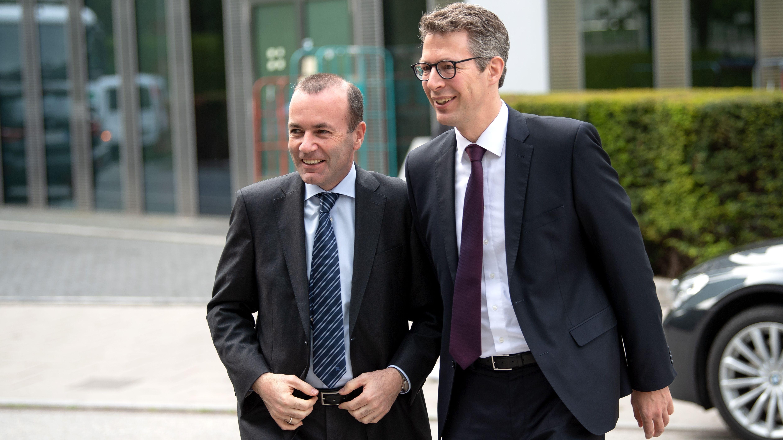 Bewerten Schwarz-Grün unterschiedlich: CSU-Europapolitiker Weber (l.) und Generalsekretär Blume, hier nach der Europawahl am 27. Mai 2019
