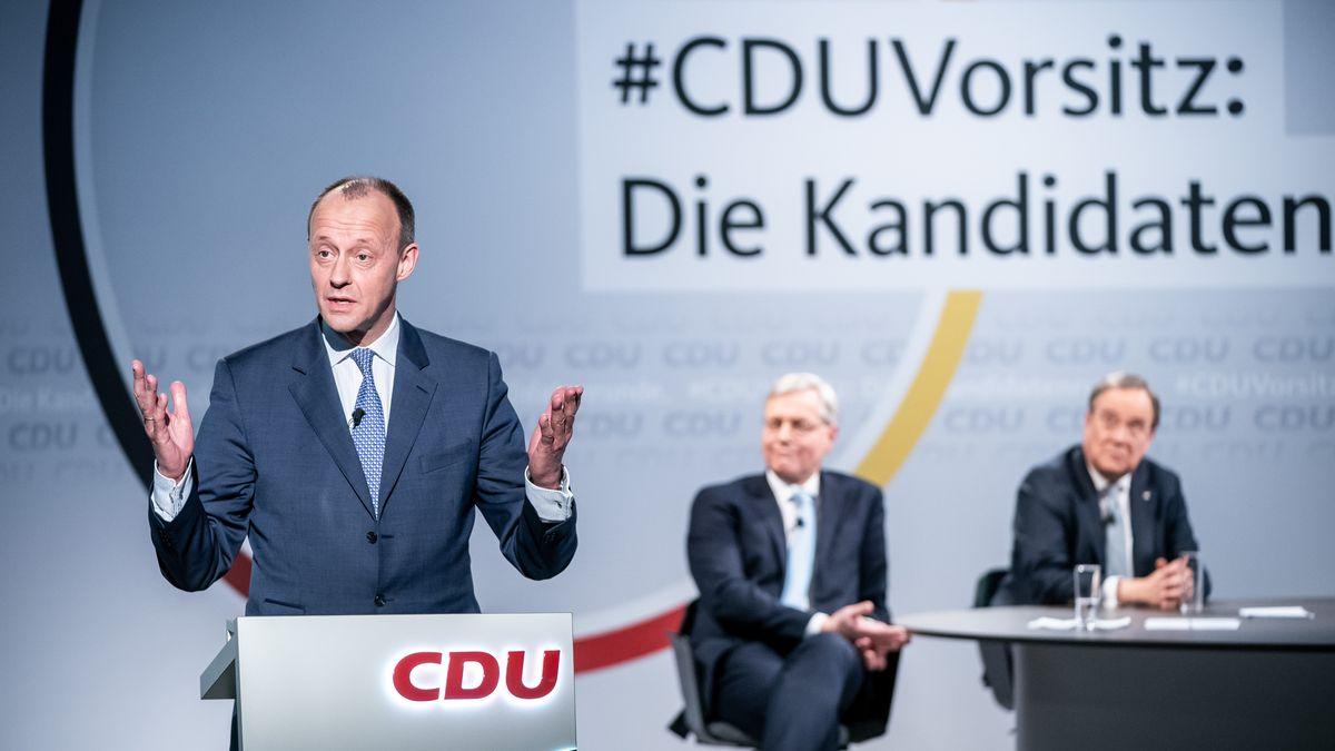 Friedrich Merz (l.) beim digitalen CDU-Parteitag am 16.01.21 - im Hintergrund Norbert Röttgen (M.) und Armin Laschet (r.).
