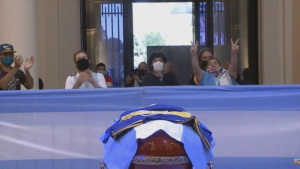 Fans am Sarg von Maradona | Bild:BR