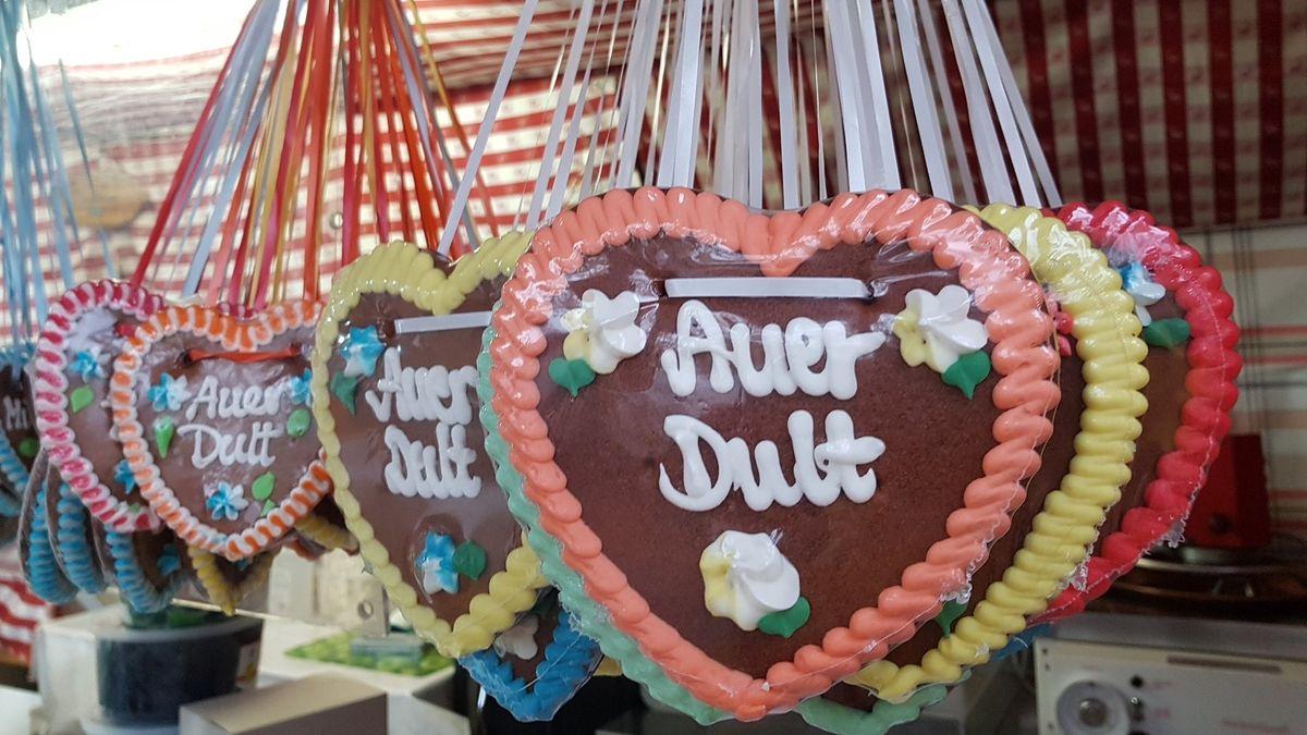 """Lebkuchenherzen mit der Aufschrift """"Auer Dult""""."""