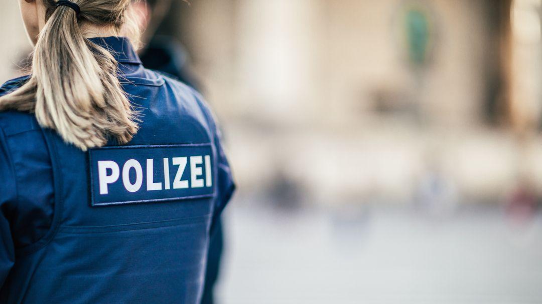 Polizistin bei einem Einsatz (Symbolbild)