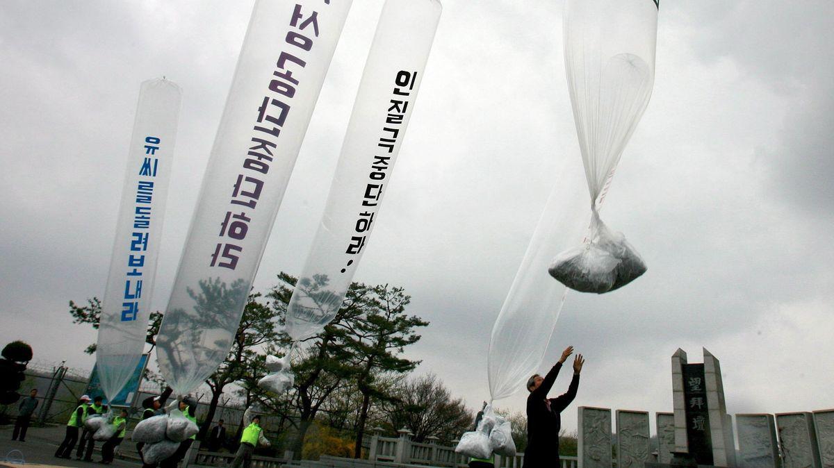 Südkoreanische Aktivisten starten Ballons mit Flugblättern gegen Kim Jong Un.
