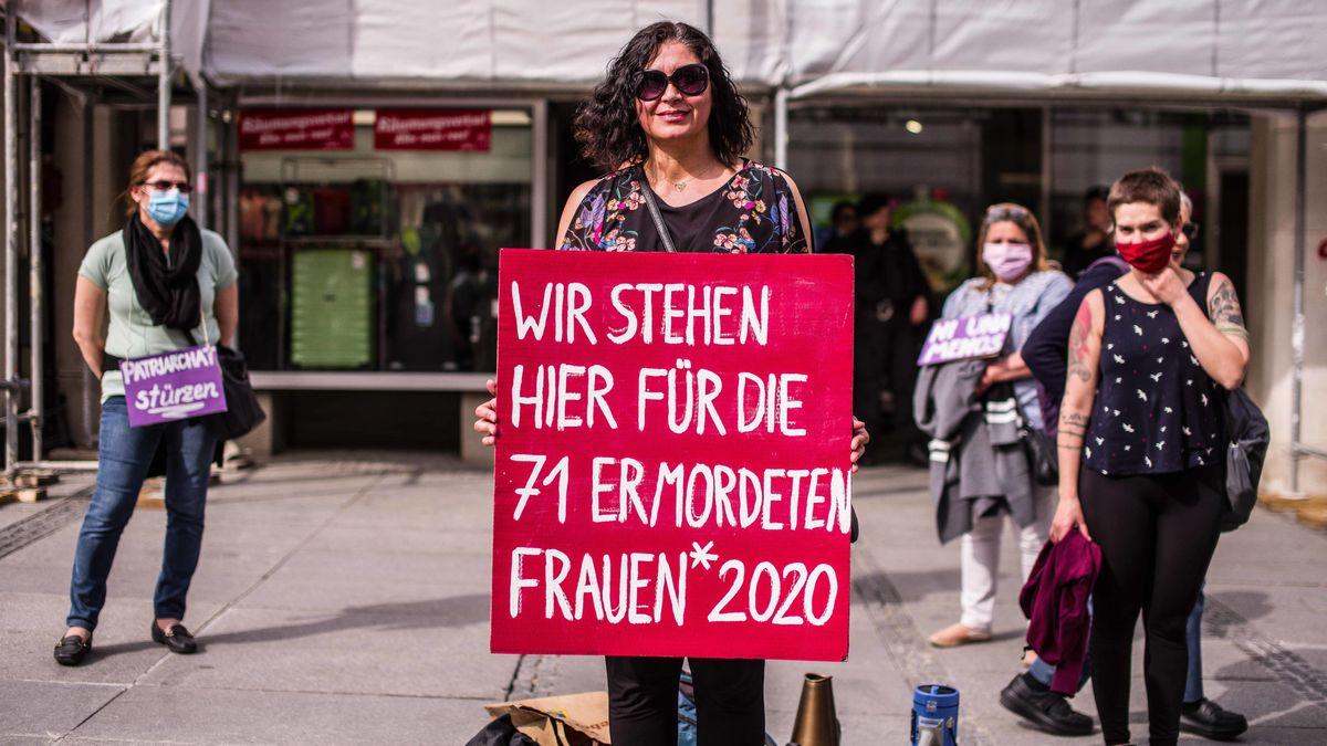 München, 8. Mai 2020: Eine Gruppe von Frauen demonstriert und warnt vor Gefahren von häuslicher Gewalt während der Corona-Ausgangsbeschränkungen