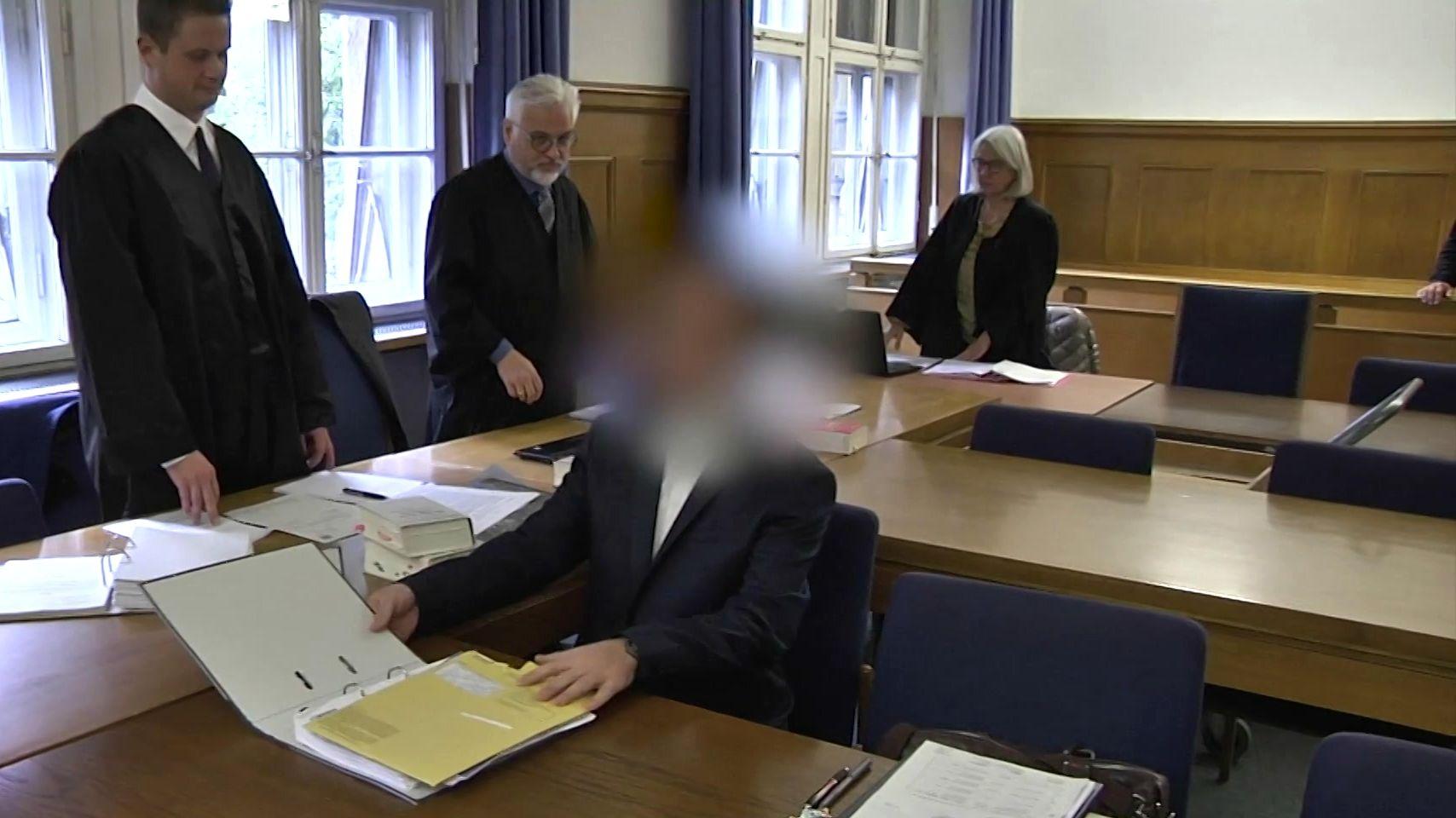 Der Angeklagte im Gerichtssaal des Landgerichts Nürnberg-Fürth