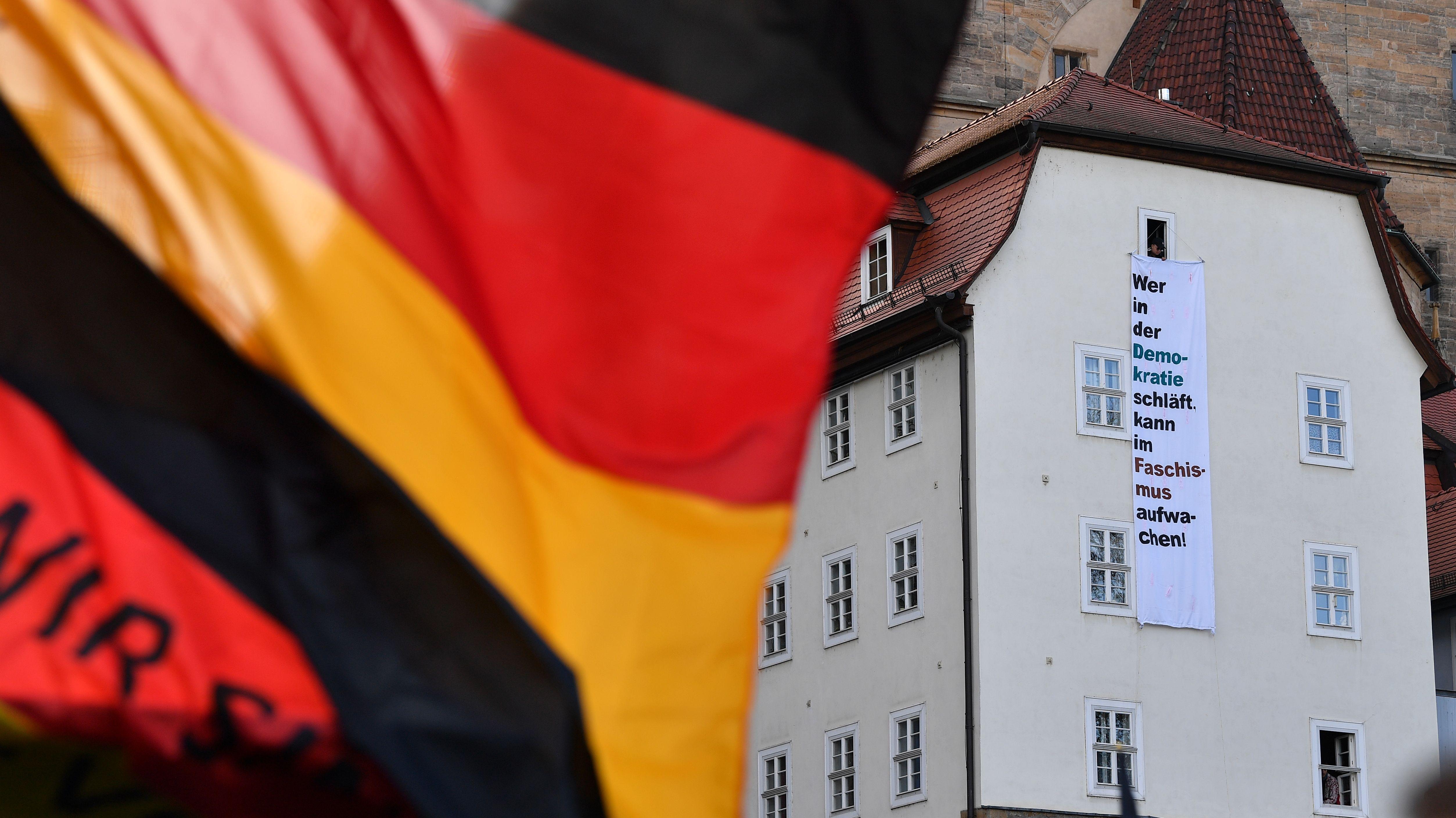 """Ein Transparent unterhalb des Erfurter Doms mit der Aufschrift """"Wer in der Demokratie schläft, kann im Faschismus aufwachen!"""" ist beim Wahlkampfabschluss der Thüringer AfD zu sehen"""