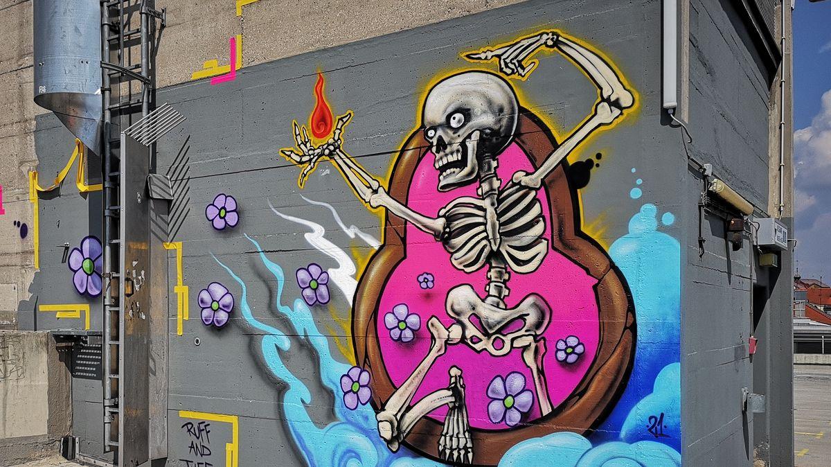 Ein Skelett mit ausgebreiteten Armen, lila Blumen und blauen Wolken