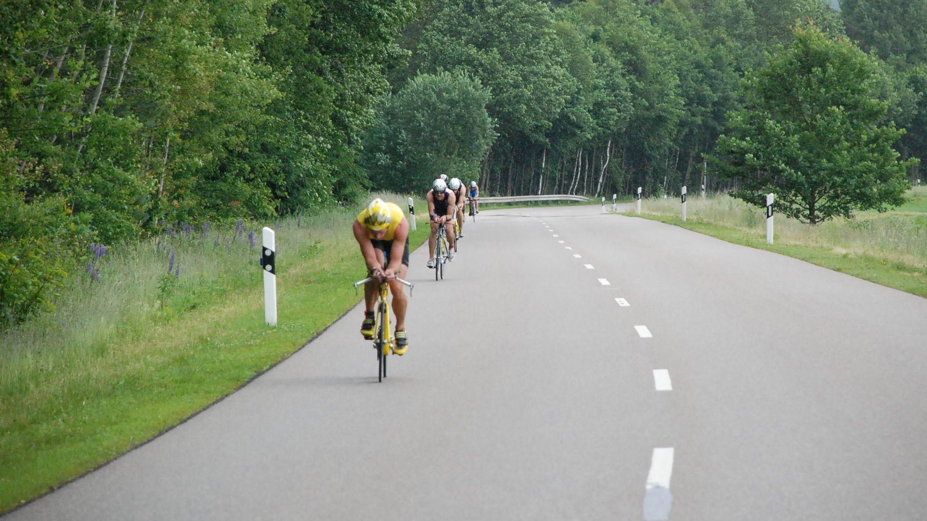 Abstand halten ist beim Triathlon wie hier am Chiemsee obligatorisch: Zehn Meter müssen die Athleten auf dem Fahrrad einhalten.