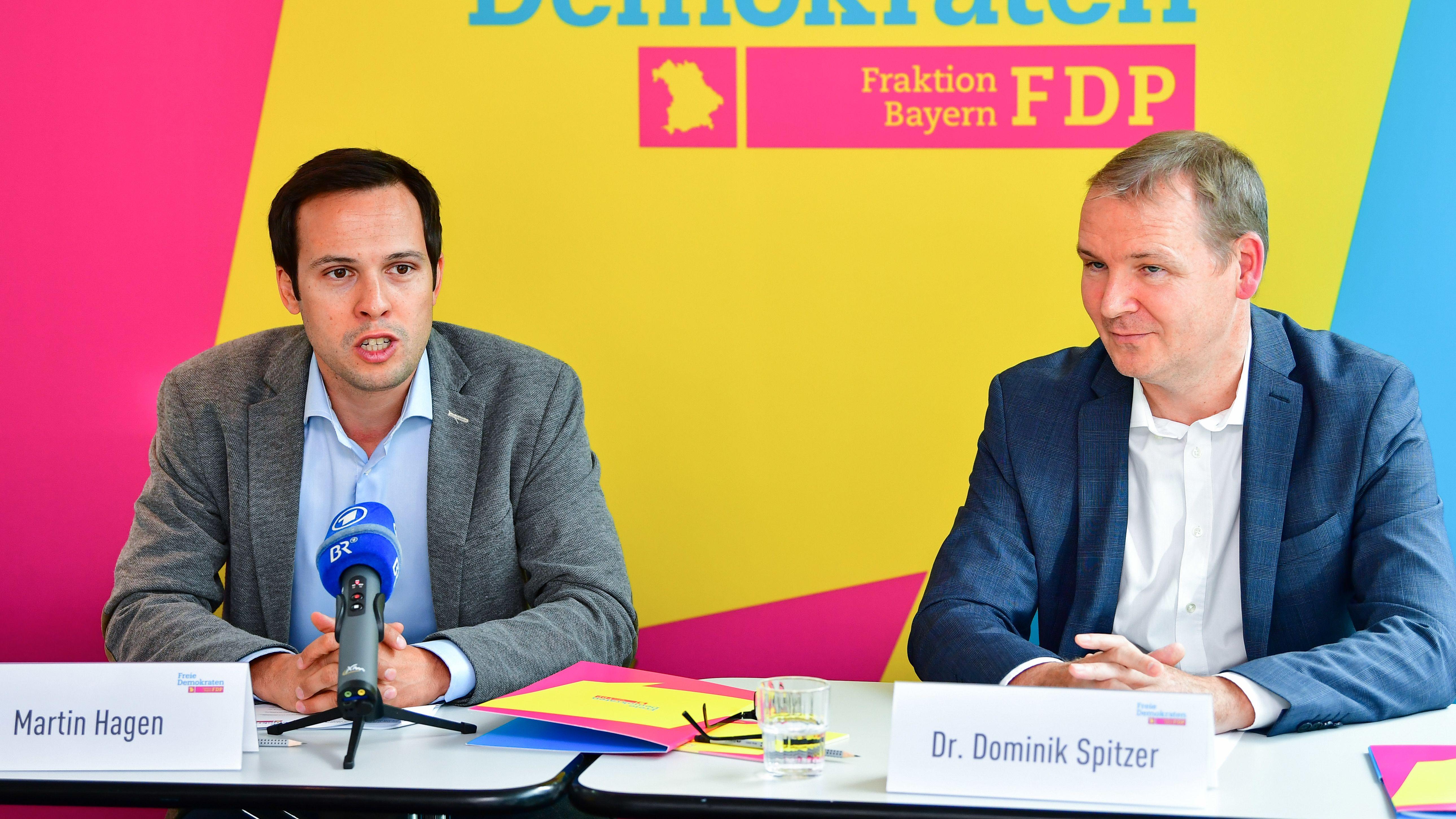 FDP-Fraktionschef Martin Hagen (l.) und Dominik Spitzer, in der Fraktion zuständig für Gesundheit und Pflege, bei der Klausurtagung in Bamberg