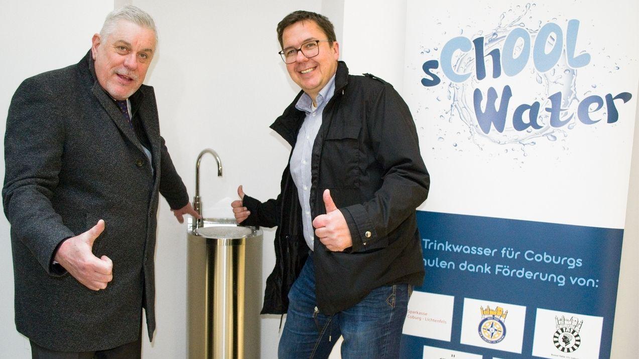 Coburgs Oberbürgermeister Norbert Tessmer und der städtische Kinderbeauftragte Thomas Apfel stellen kostenlose Trinkwasserspender an Schulen vor.