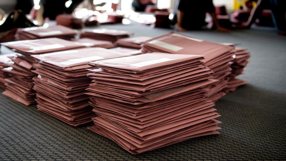 Briefwahlunterlagen liegen auf dem Boden | Bild:BR-Bild