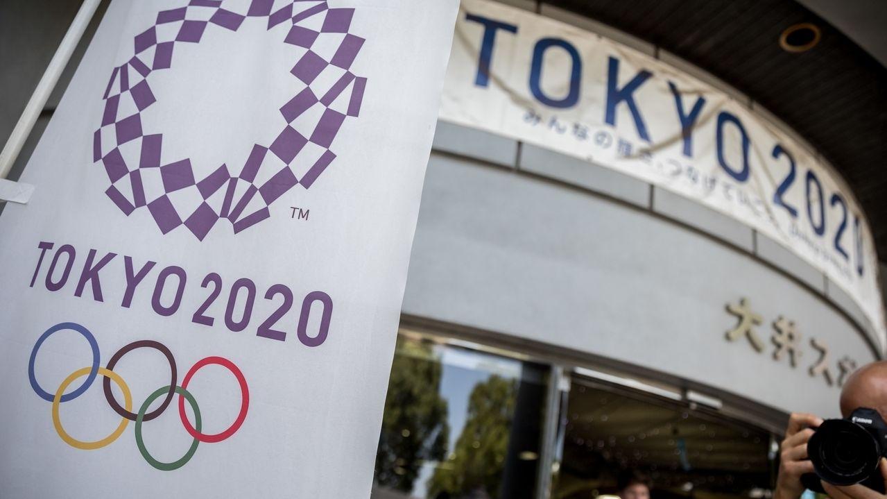 Logo der Olympischen Spiele 2020 an einem Stadion in Tokio