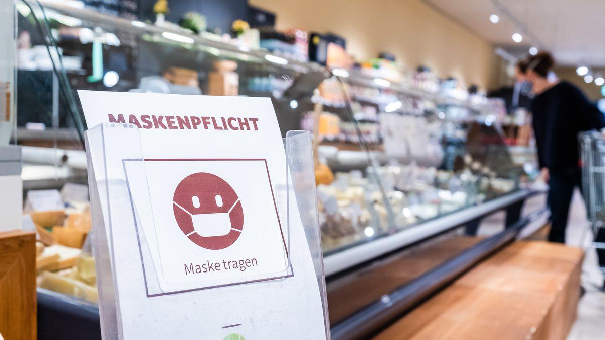 Schild mit Hinweis zur Maskenpflicht in einem Supermarkt.