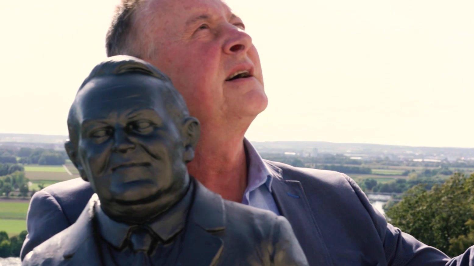 Fürther Oberbürgermeister Thomas Jung mit einer Büste von Ludwig Erhard vor der Walhalla in Donaustauf