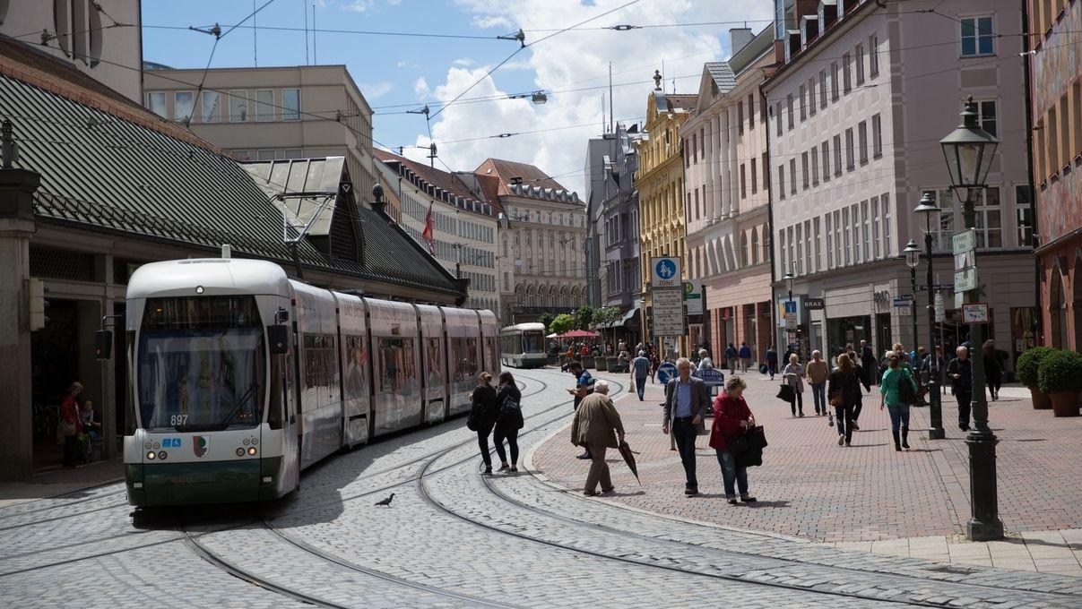 Eine Straßenbahn fährt durch die Augsburger Innenstadt (Symbolbild)
