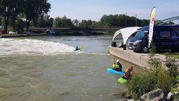 Die deutschen Kanu-Freestyle Meisterschaften an der Plattlinger Isarwelle.   Bild:Thomas Hinkel