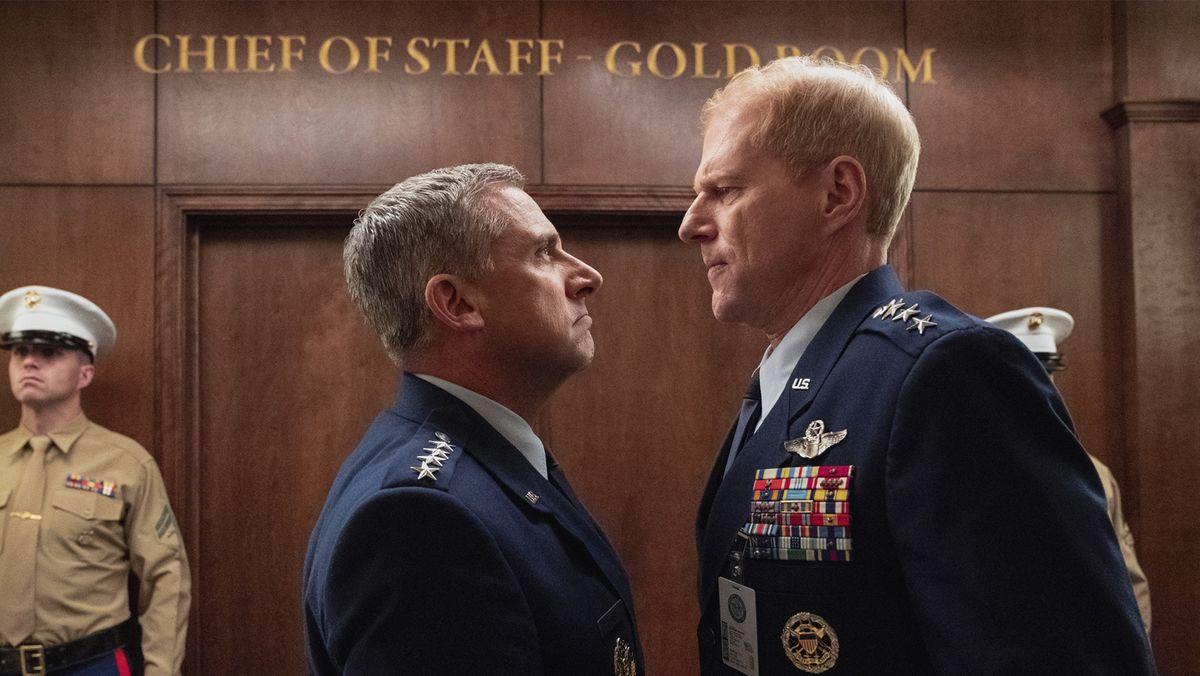 Zwei Mitglieder der Air Force stehen sich unversöhnlich gegenüber.