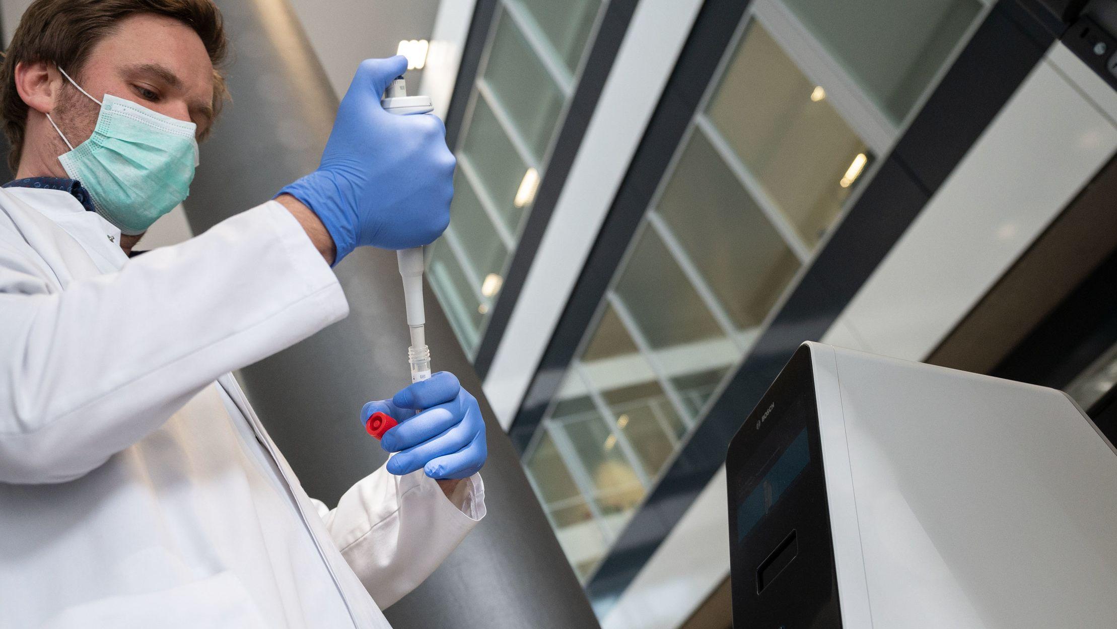 Ein Mitarbeiter führt in einem Labor einen Schnelltest durch