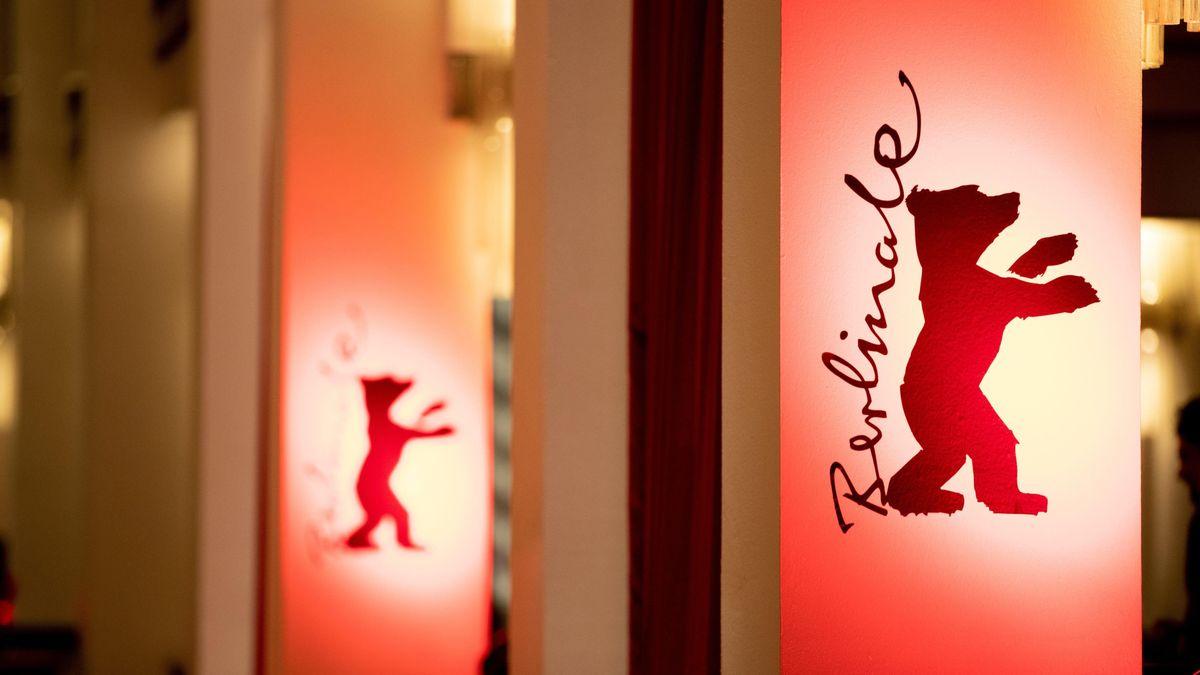 """Roter Bär und der Schriftzug """"Berlinale"""" auf Wandbannern"""