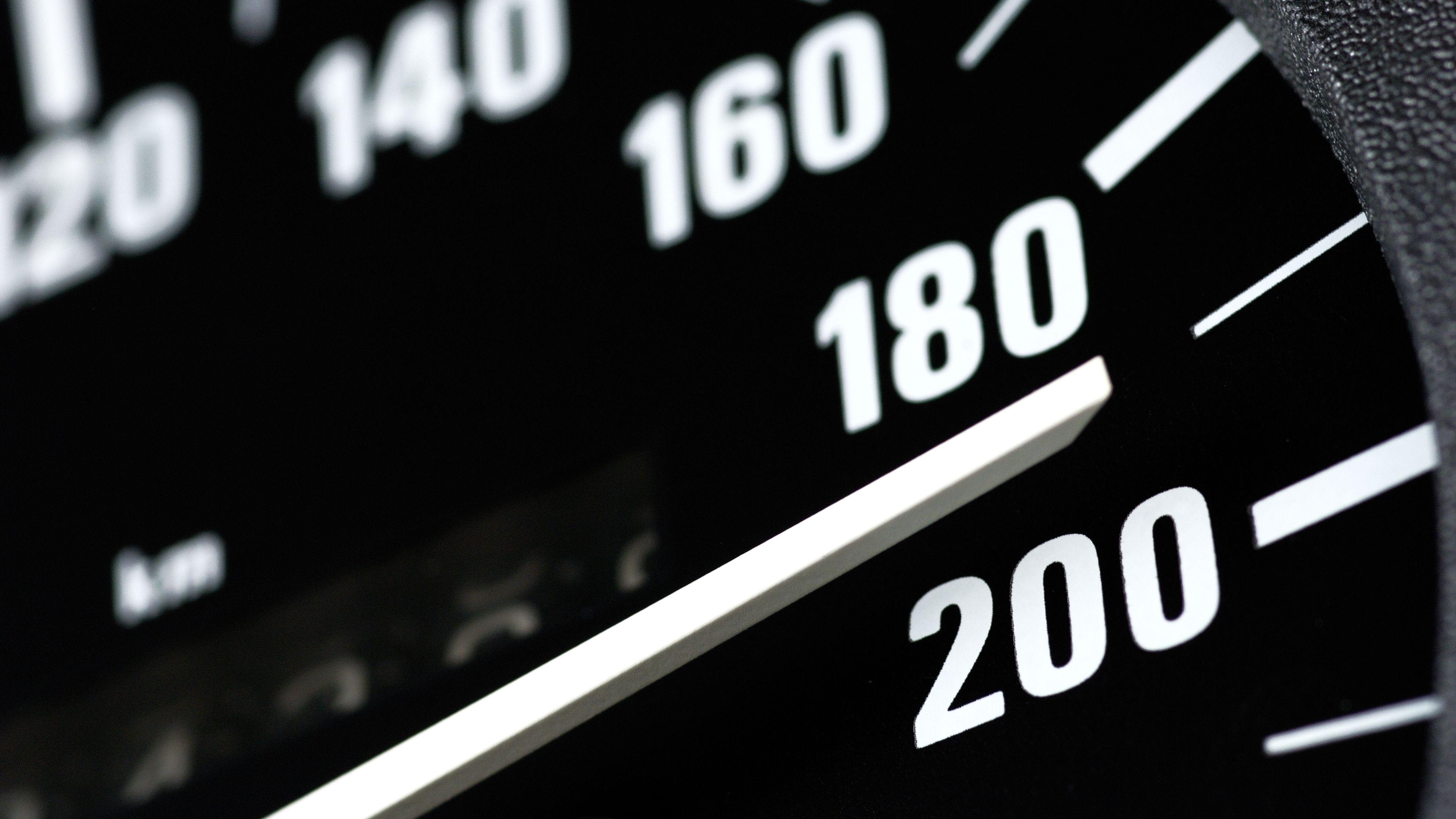 Der Tachometer eines Autos zeigt 190 km/h an