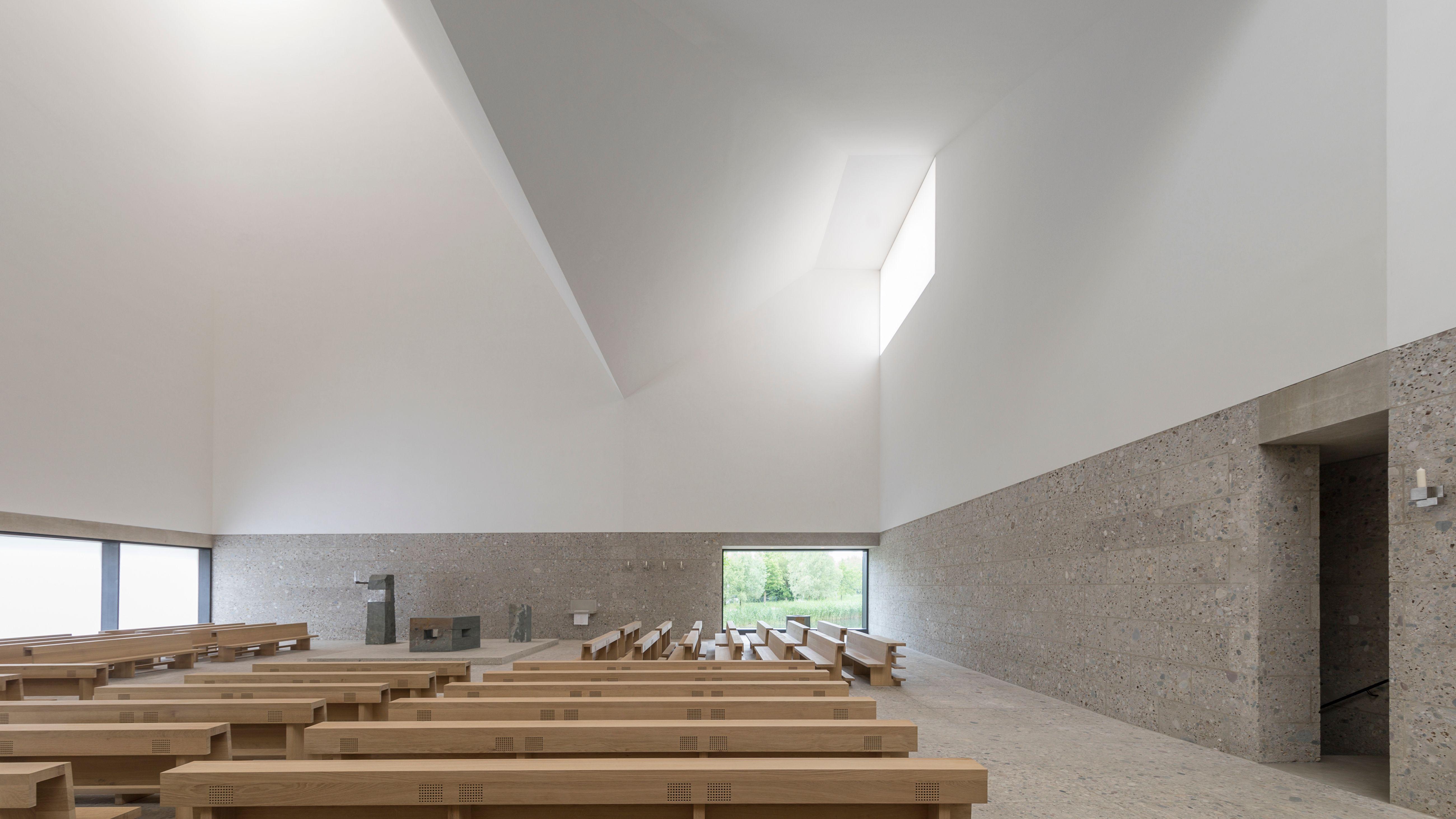 Innenraum des Kirchenzentrums Sel. Rupert Mayer in Poing, Landkreis Ebersberg.