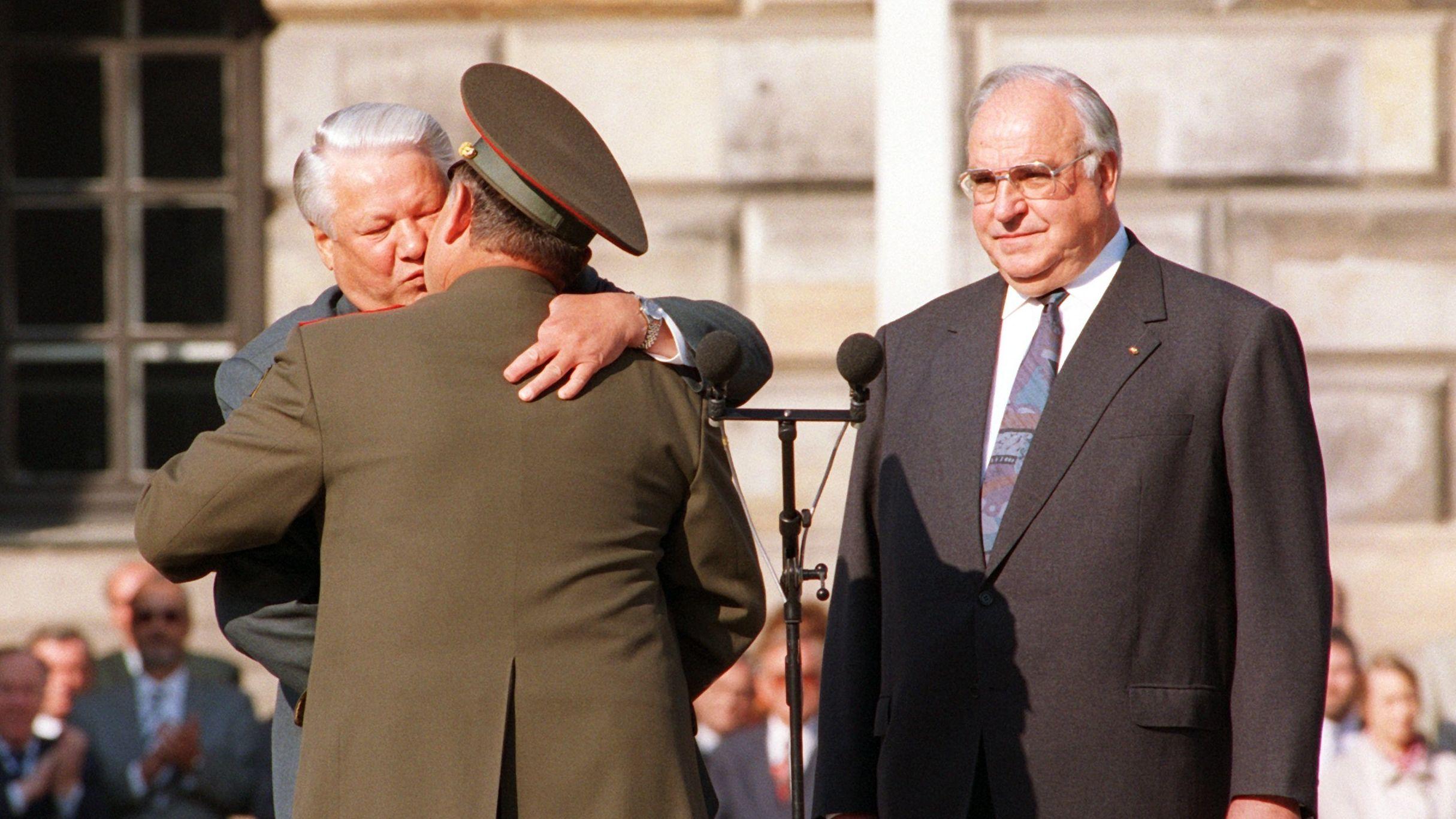 1994: Boris Jelzin verabschiedet den Oberkommanduierenden der sowjetischen Streitkräfte in Berlin.