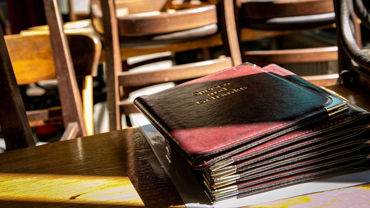 Speisekarte von Restaurant zwischen leeren Stühlen