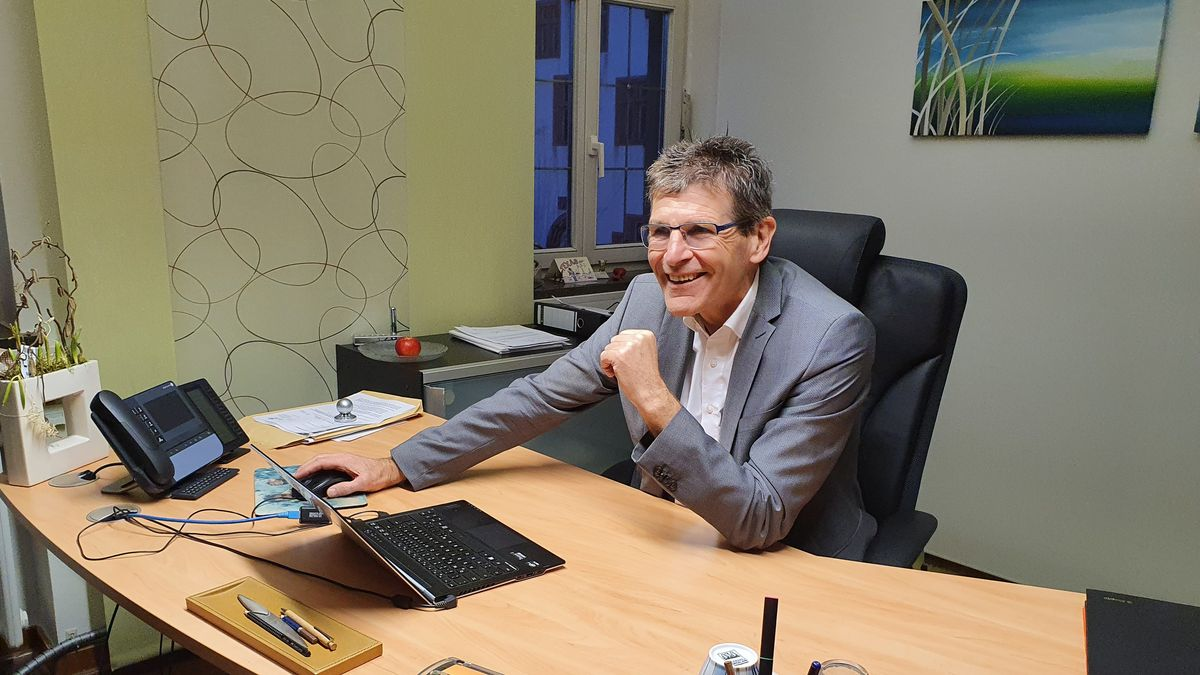 Der scheidende Landrat Thomas Schiebel beobachtet die Wahl