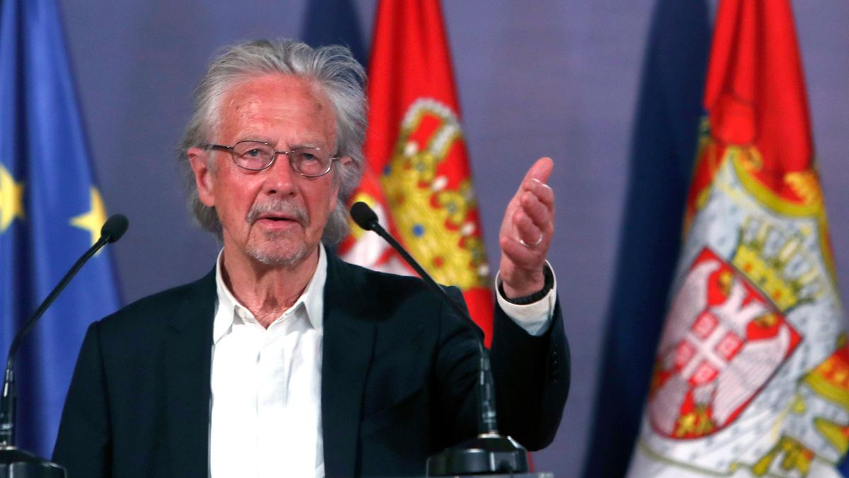 Peter Handke spricht beim Festakt zur Verleihung des Karadjordje-Ordens in Belgrad