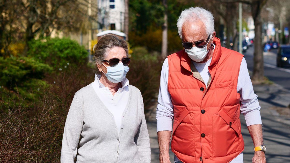 Ehepaar in Berlin beim Spaziergang mit Mundnasenmaske