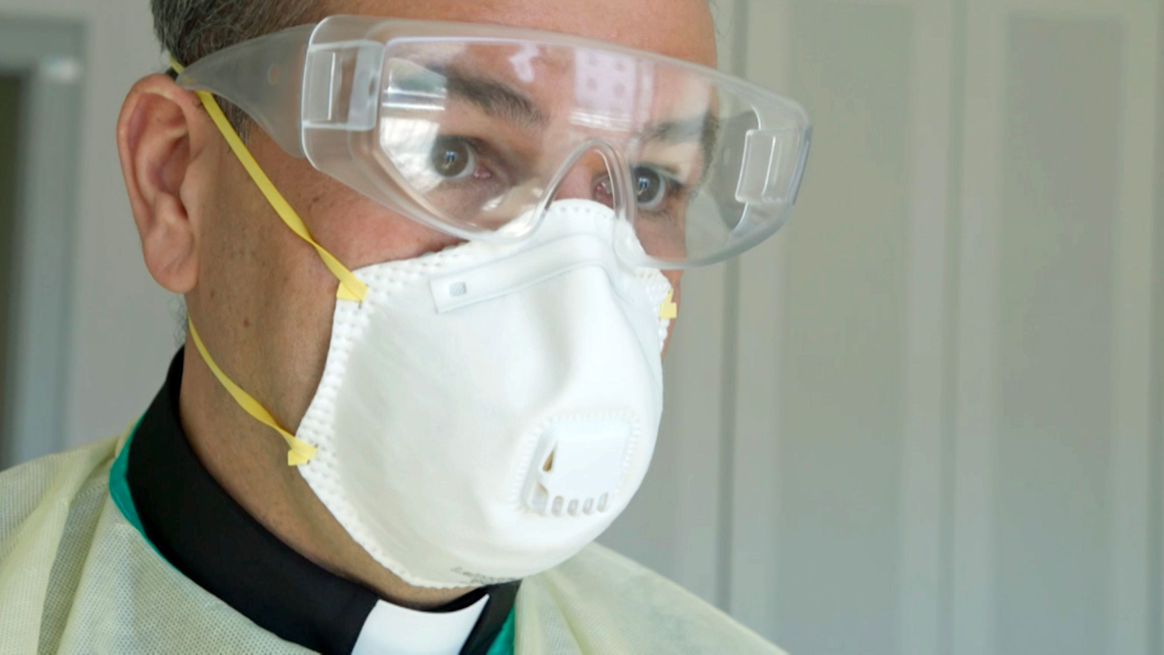 Pfarrer Daniel Lerch mit Mundschutz und Schutzbrille