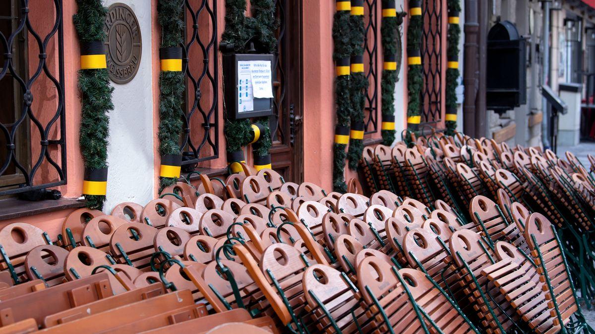 Zusammengeklappte Stühle eines Restaurants