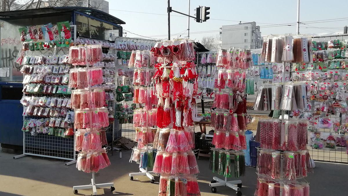 Verkaufsstand mit Martenizi. Jahr für Jahr kaufen und verschenken viele Bulgarinnen und Bulgaren die rot-weißen Bändchen.