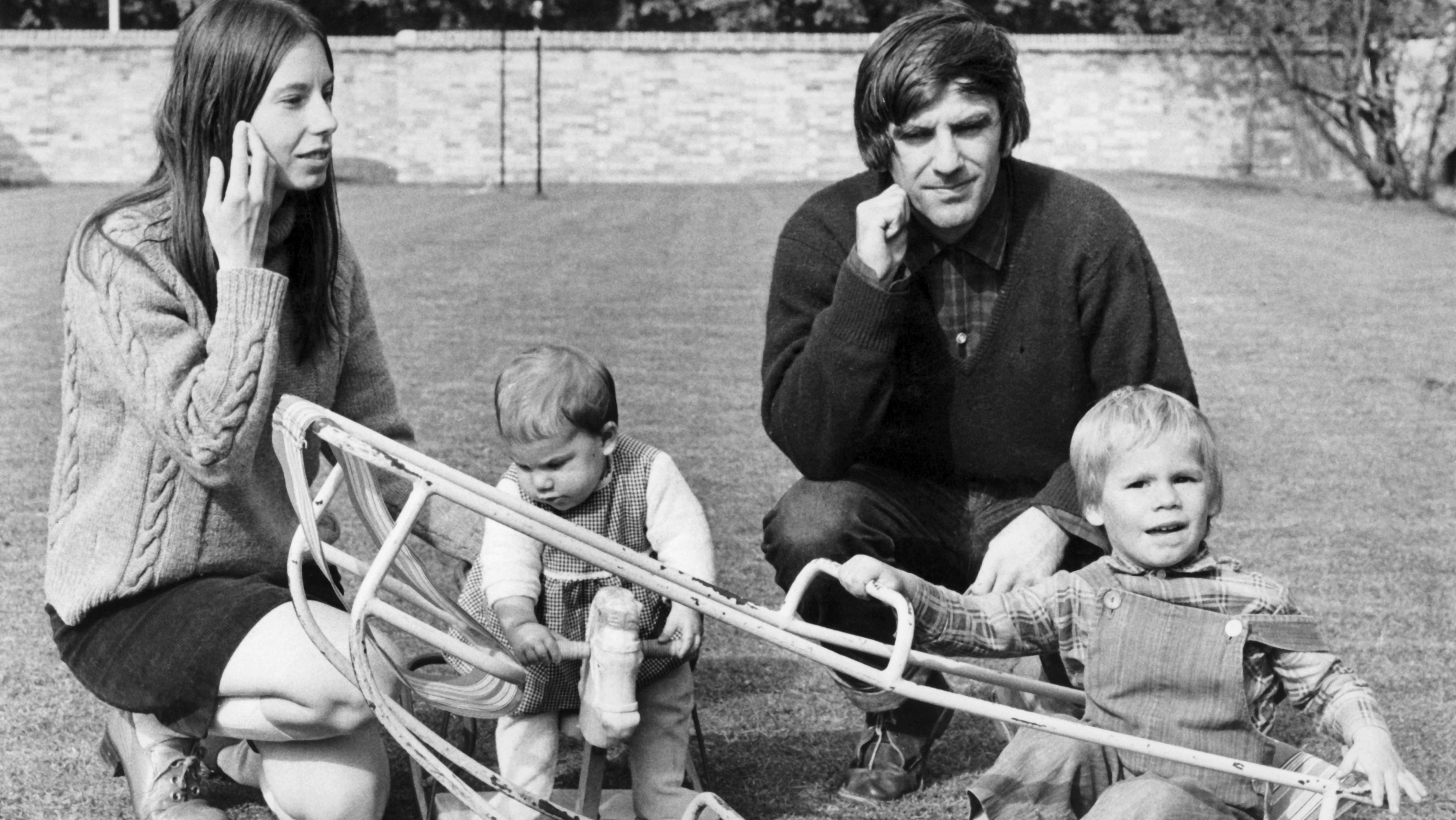Schwarz-weiß Aufnahme von Gretchen Dutschke 1970 mit ihrem Ehemann Rudi Dutschke beim Spielen mit den Kindern Polly (10 Monate, 2.v.l.) und Hosea (2 Jahre, r) in Cambridge.