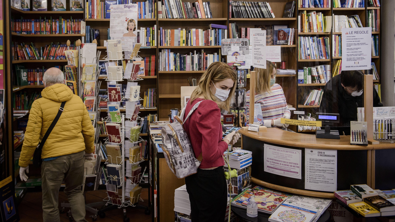 Menschen mit Mundschutz in einer Buchhandlung in Italien