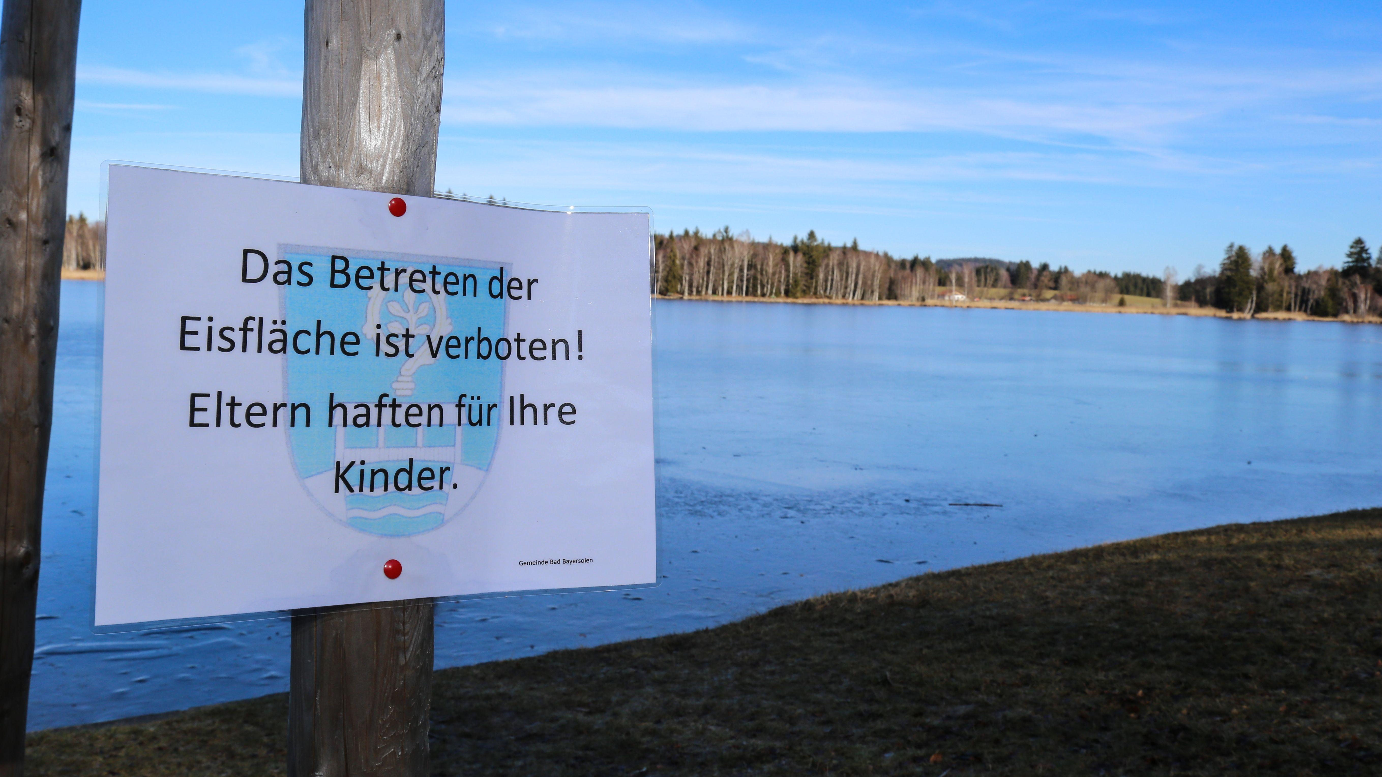 Am Bayersoiener See wurden Warnschilder aufgestellt