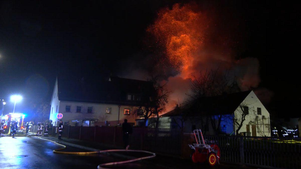 In Siegelsdorf im Landkreis Fürth stand eine Scheune lichterloh in Flammen.