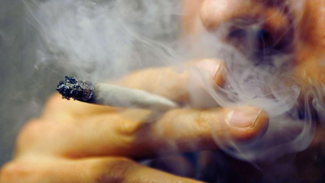 Marihuana-Konsument raucht Joint.