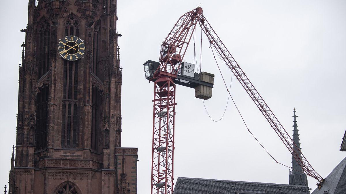 """Der vom Sturm """"Sabine"""" abgeknickte Ausleger eines Baukrans steckt im Dach des Frankfurter Doms."""