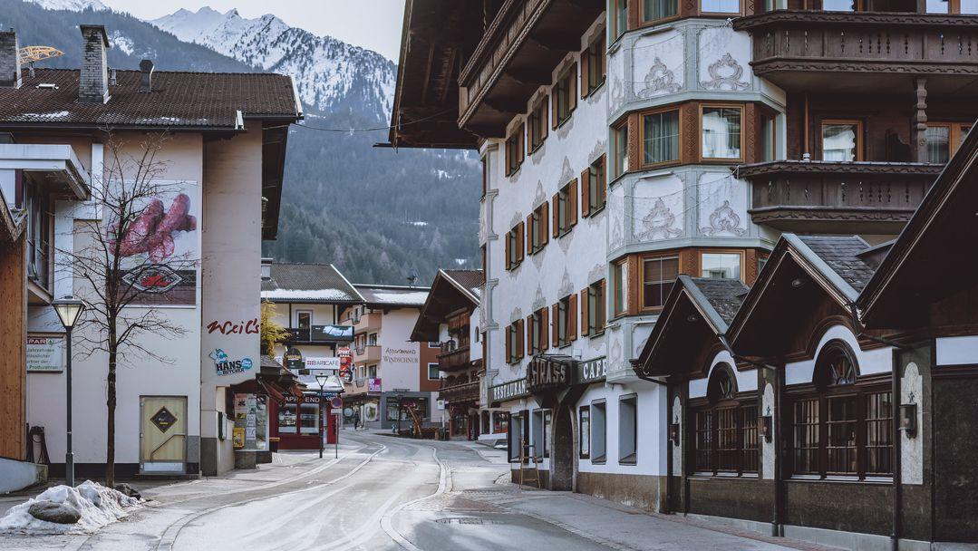 Eine menschenleere Straße im winterlichen tiroler Ort Mayrhofen.