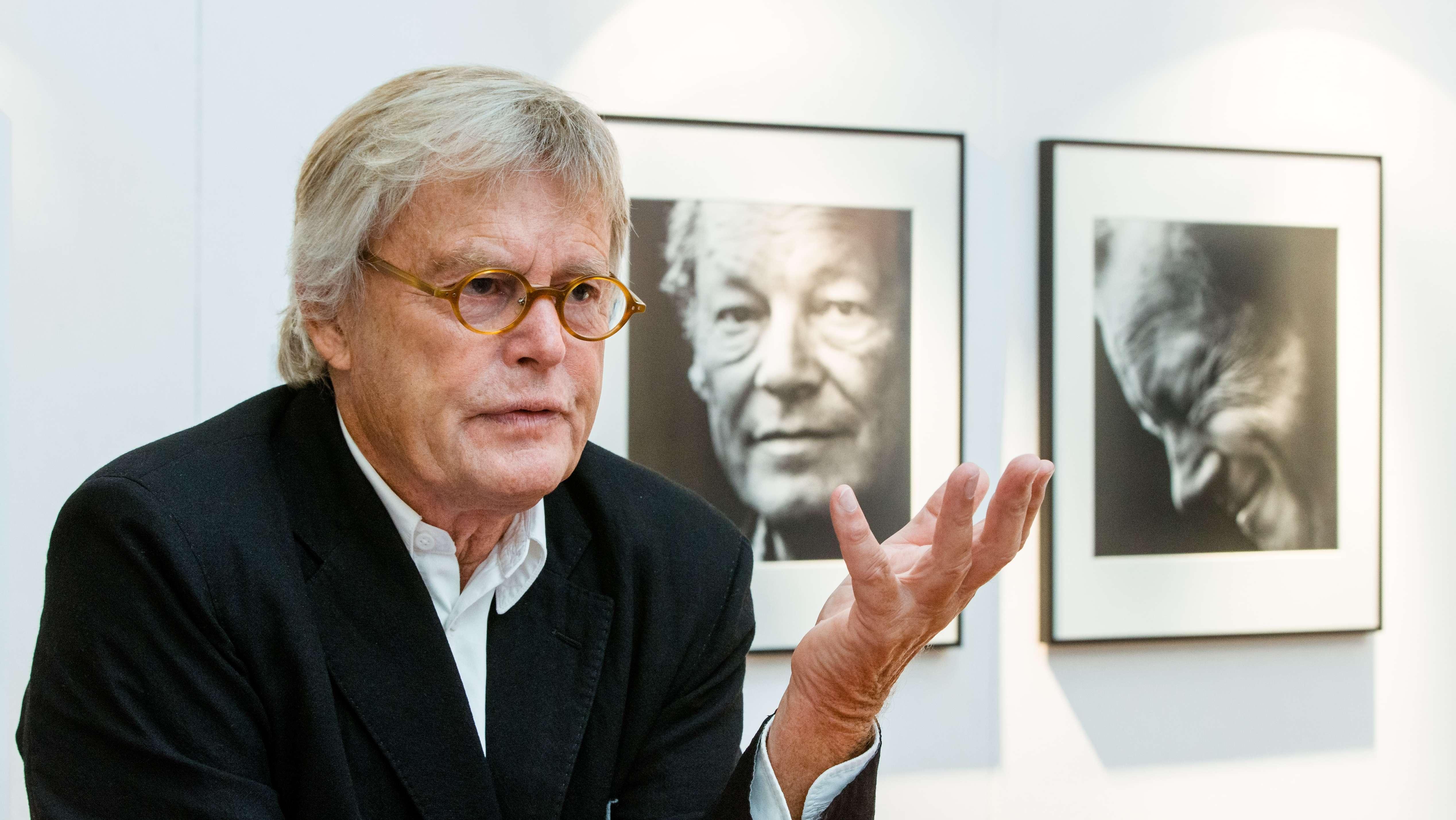 Konrad Rufus Müller vor zwei seiner Willy Brandt Porträts