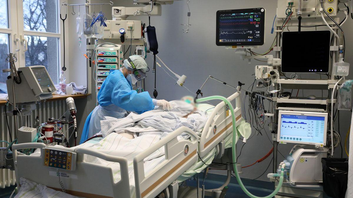 Krankenschwester behandelt auf Intensivstation Corona-Patienten