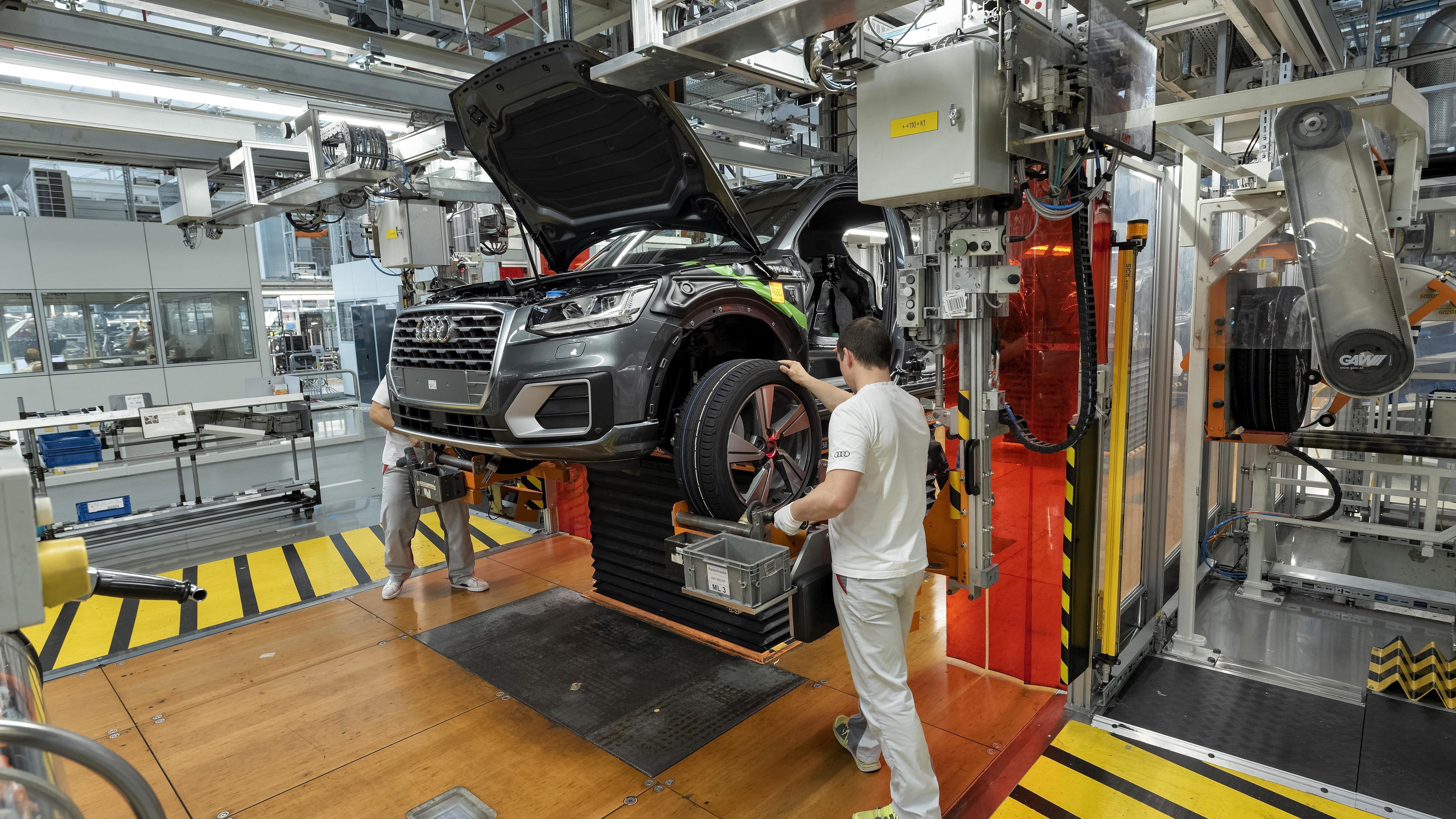 Anbau der Räder auf der Montagelinie für Audi Q2 im Werk der Audi AG in Ingolstadt